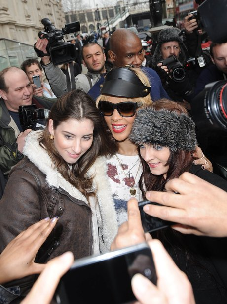 Rihanna gets mobbed by fans in London